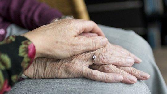 Quelles sont les missions effectuées par une association d'aide envers les personnes âgées ?